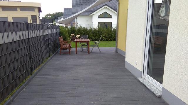 die terrasse ist fertig gepflastert und die wiese sprie t bautagebuch. Black Bedroom Furniture Sets. Home Design Ideas